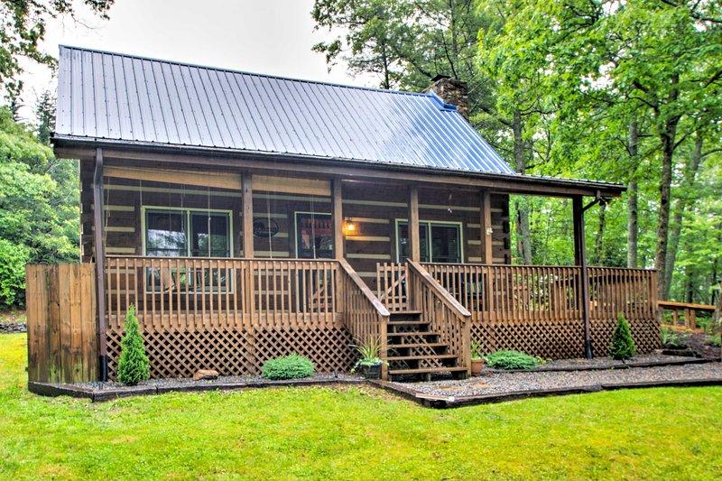 This Fleetwood cabin comfortably sleeps 6 outdoor enthusiasts!