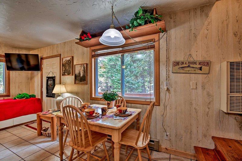 Desfrutar de um jantar no interior, com vista para o ar livre.