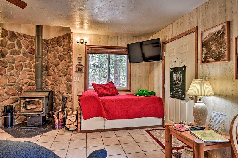 Duas camas de solteiro e uma televisão de ecrã plano Direta estão localizados na sala de estar.