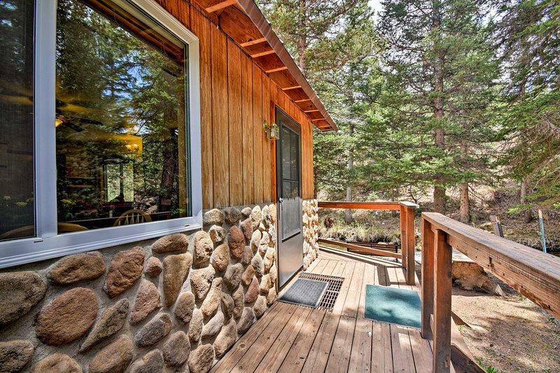 Esta cabana rústica é um refúgio de montanha por excelência.
