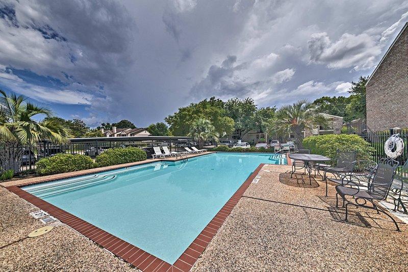 Schlagen Sie die Hitze Texas um etwa in der Gemeinschafts-Pool spritzt!