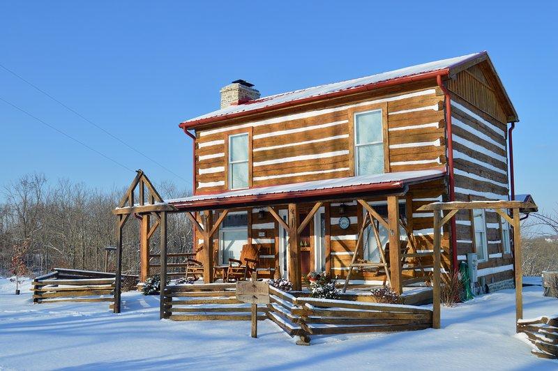 Three Pines Historic Log Cabin, alquiler de vacaciones en Crittenden