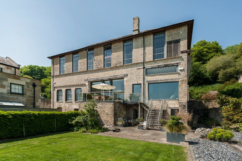Luxury apartment in old converted mill with stunning views., location de vacances à Claverton