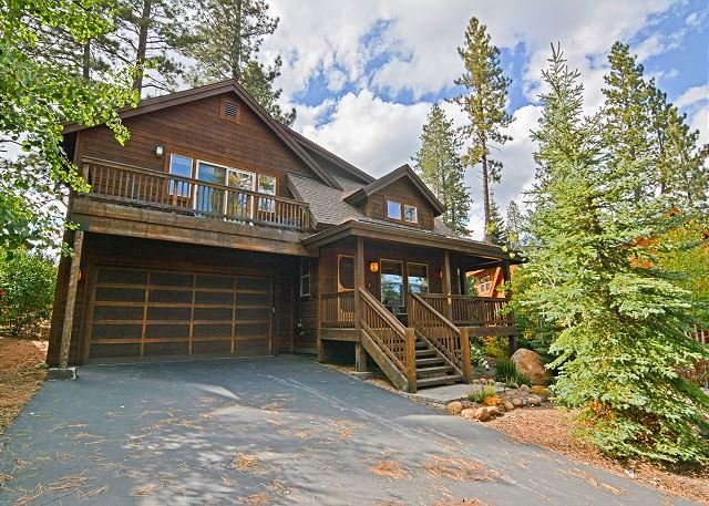 Quiet Cottage w/ Deck & Fire Pit - Near Skiing, Golf, Park & Water Sports, holiday rental in Truckee