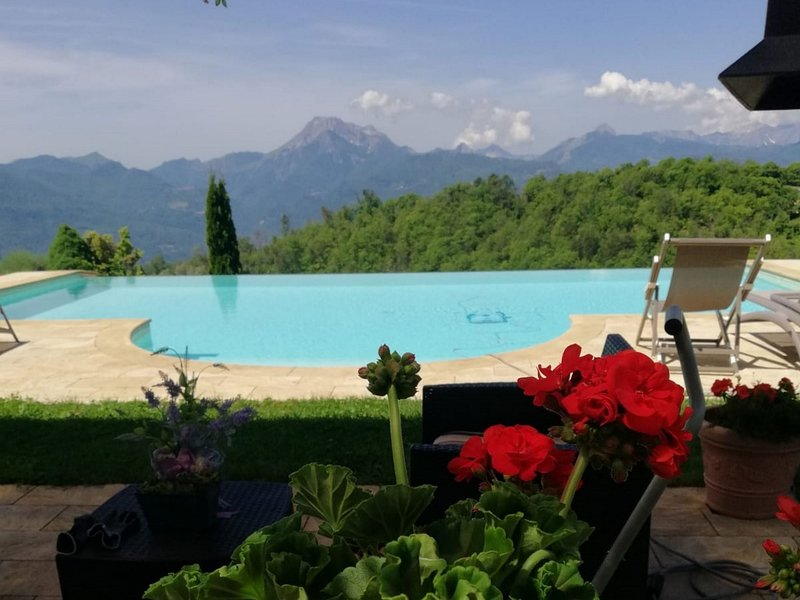 Mengarino, 3 bedrooms, fantastic views, and private infinity pool. WIFI. Barga, holiday rental in Tiglio Basso