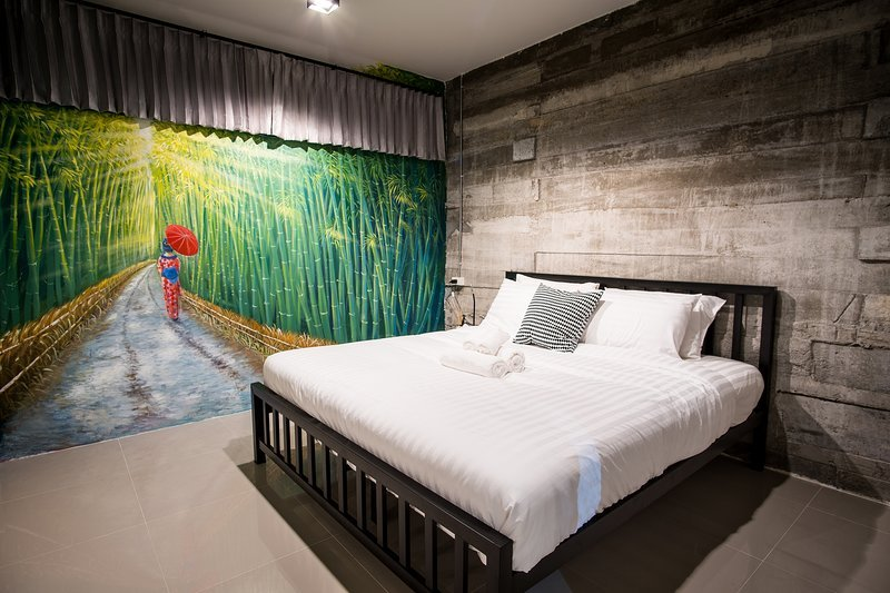 Zen Hostel Chiang Mai - Bamboo room with King Size bed and Private Bathroom, holiday rental in Chang Phueak
