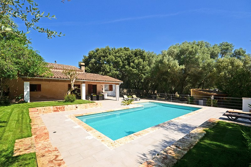 ALZINA, Country house with swimming pool in Sineu, vacation rental in Lloret de Vistalegre