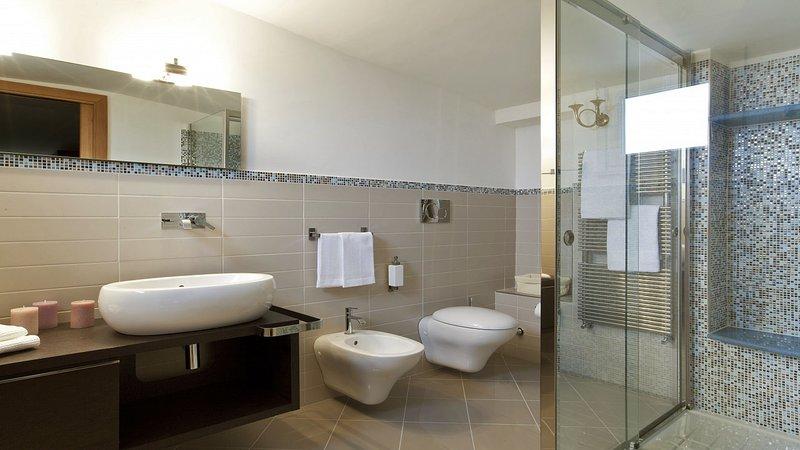 Villa Sorrentina (47) 6th en-suite bathroom with shower