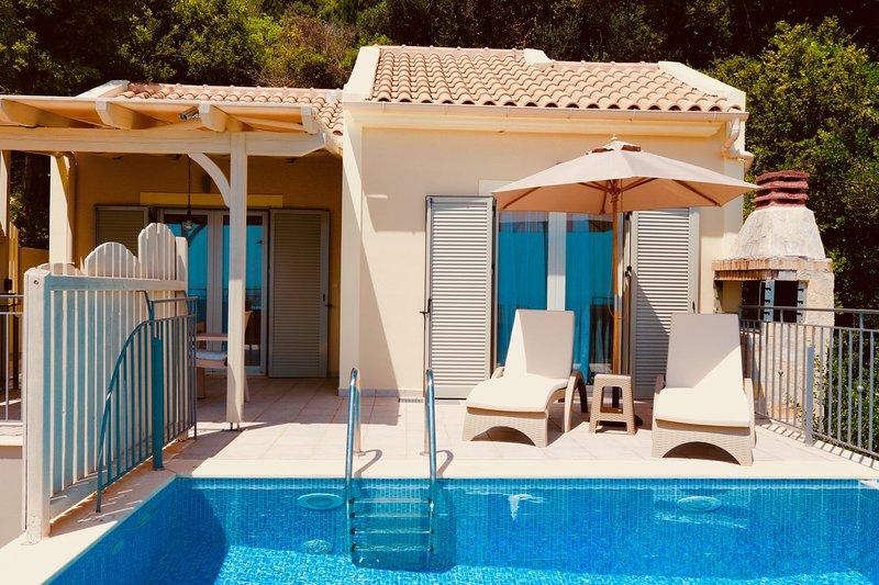 Stylish 1 BedroomVilla with Stunning Panoramic Sea Views & Private Infinity Pool, aluguéis de temporada em Trapezaki