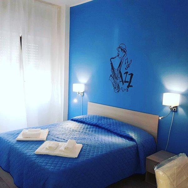 Jazz Room. Bathroom air conditioning, minibar, flat screen TV, dries hair bow
