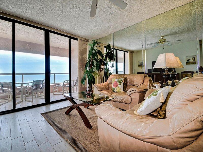 Sala de estar comparte la vista del golfo.