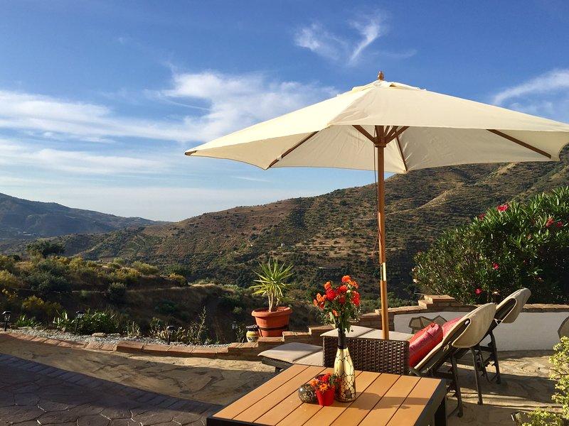 Risa, studio met zicht op bergen en privéterras met gebruik van zwembad en BBQ, holiday rental in Vinuela