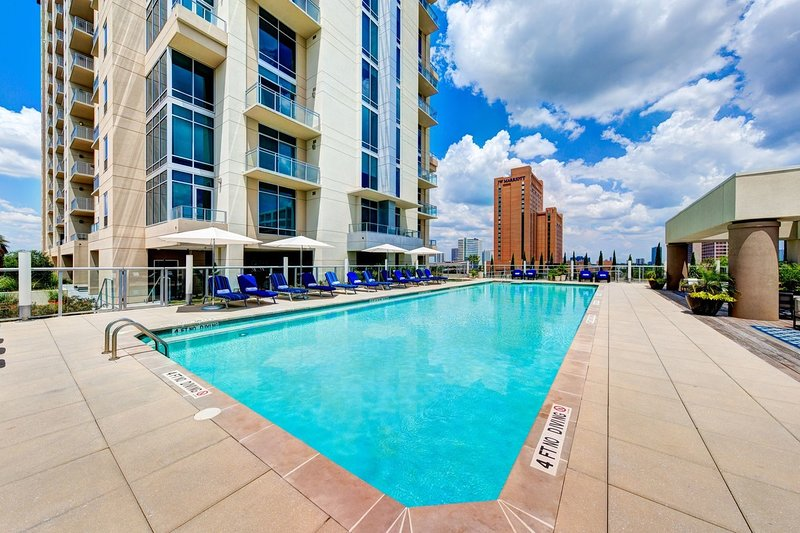 Luxury High-Rise apartment with pool in-front of Galleria Mall, casa vacanza a Valley Spring