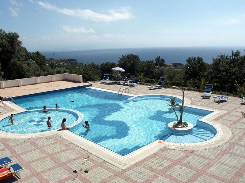 Equipped swimming pool Sea View