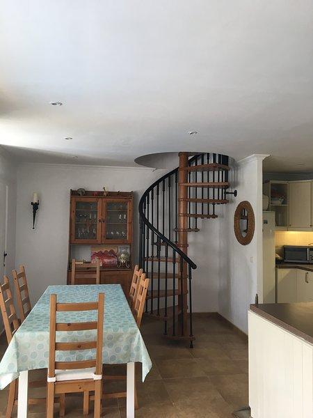 Plano aberto cozinha / área de refeições. Apresentam escada em espiral para sótão quarto e casa de banho.