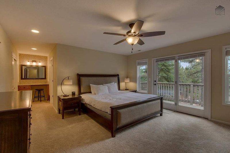 Sovrum (3: e våningen) har en kung säng, öppen spis och privat badrum och balkong tillgång