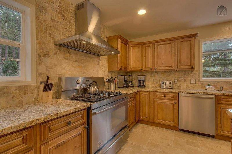 High end slutar i köket, och gott om plats gör Glen Eagles Manor ett bra ställe att laga mat för en stor familj