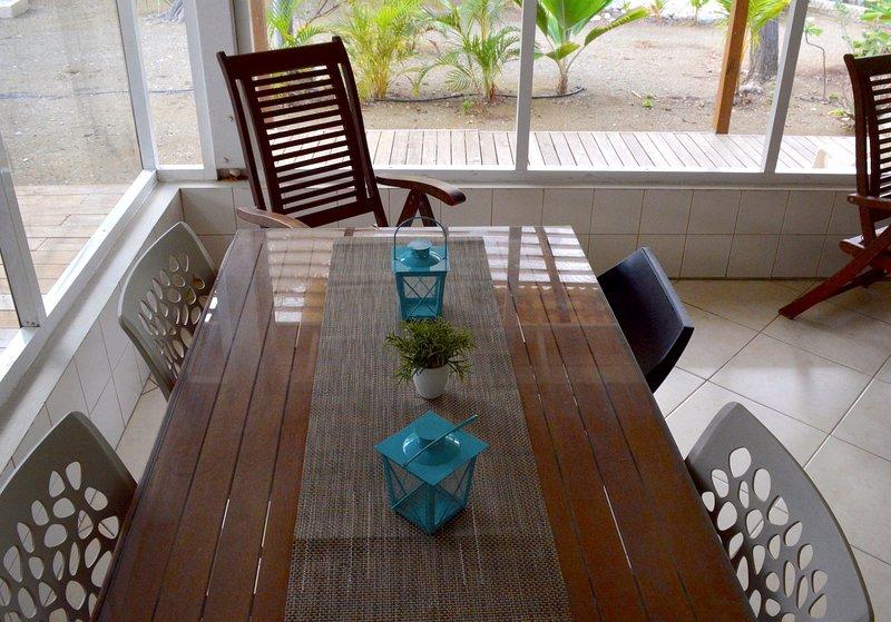 mesa de comedor exterior para disfrutar del entorno.