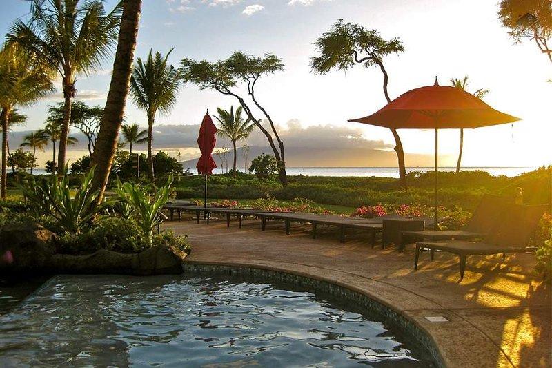 Sentarse a la derecha en la piscina y disfrutar de las magníficas puestas de sol cada noche