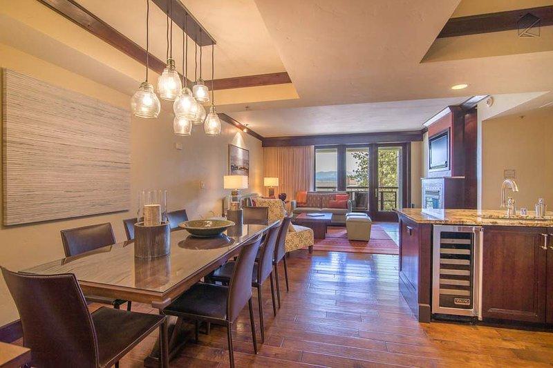 Sólo a través de la cocina y el comedor encontrará su sala de estar.