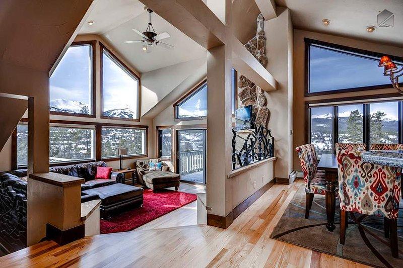 Waarom ja, die zijn prachtig uitzicht op de bergen van vrijwel alle leefruimte in dit huis.