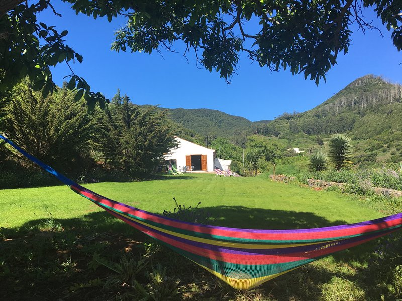 FINCA EL ROQUE.Private mountain with access to Anaga Natural Reserve and beaches, vakantiewoning in Tegueste