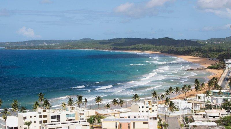 Magnífica vista de las montañas y el mar inspiran el nombre Montemar!
