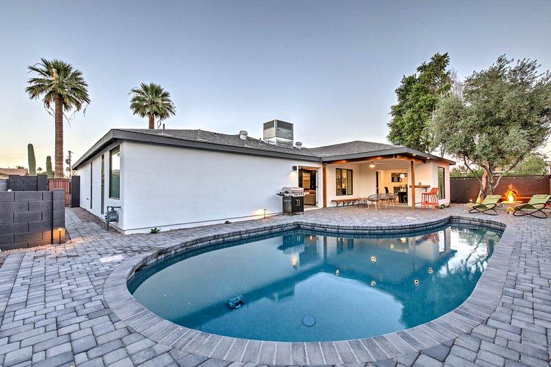 El patio trasero y el área de la piscina son el lugar perfecto para entretener.