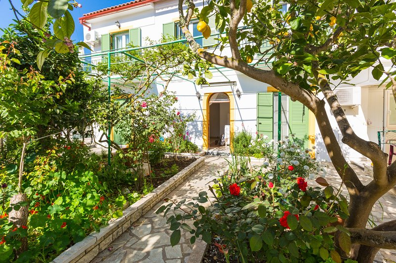 Penelope: Walk to Beach, A/C, WiFi, Car Not Required, vacation rental in Loggos