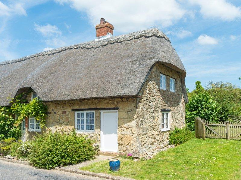 Questo delizioso cottage dal tetto di paglia posizionato nel cuore del villaggio