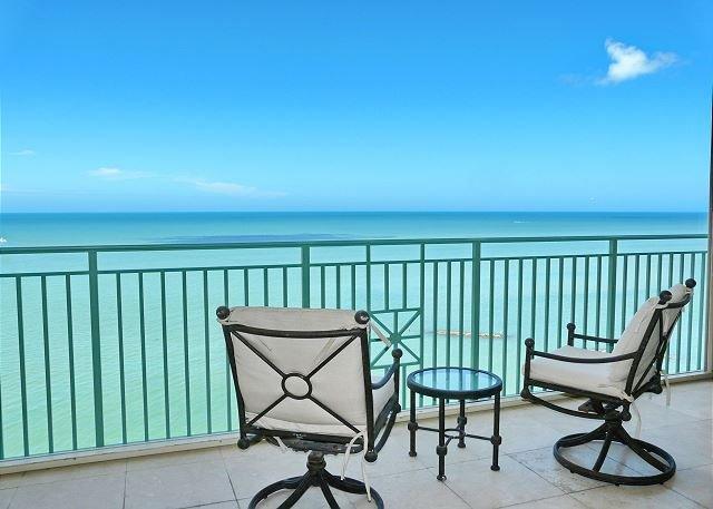 Luxurious beachfront condo in the Island's grandest setting, location de vacances à Goodland