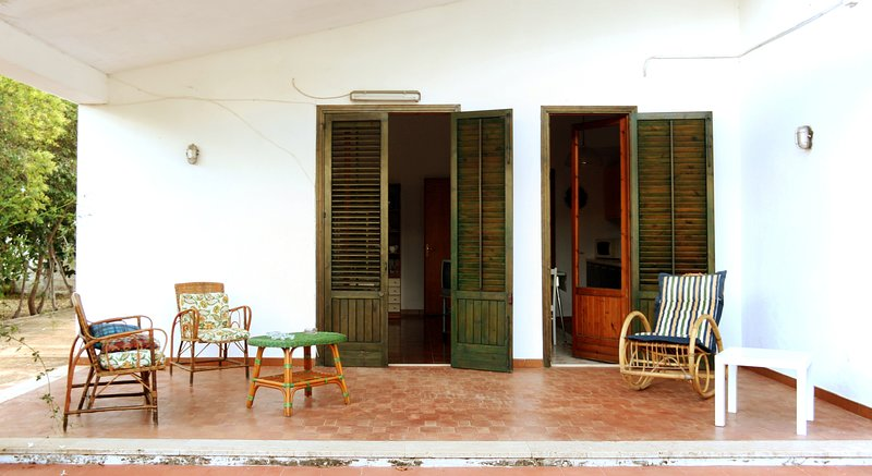 La Villa si trova vicino al mare vicino alla riserva dello zingaro, holiday rental in Villaggio Sporting