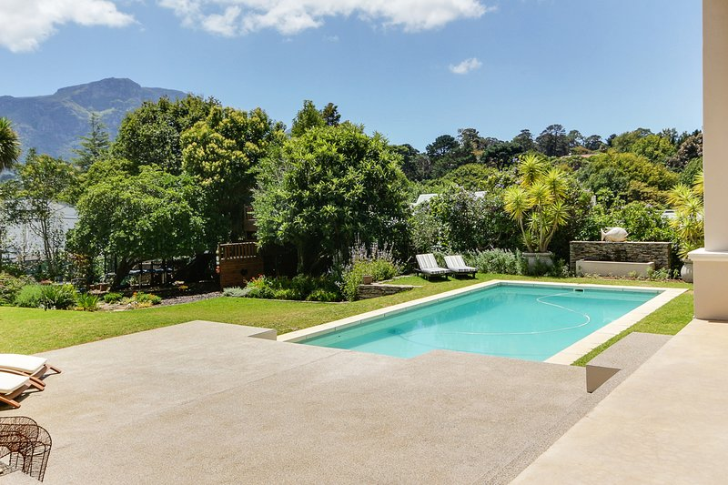 Stunning 5/6 bedroom home in Constantia PRIVATE WATER SUPPLY, location de vacances à Wynberg