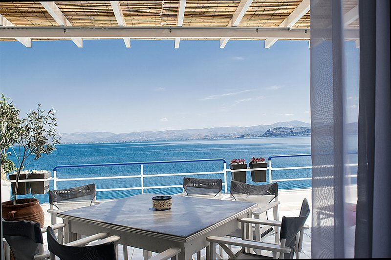 Holiday Waterfront Two Bedroom  Loft Apartment, close to Nafplion, in Kiveri, holiday rental in Kiveri