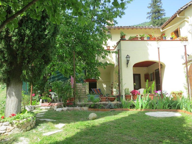 Romantisches Ferienhaus in ruhiger Lage mit Terrassen und Garten neu renoviert, holiday rental in Papigno