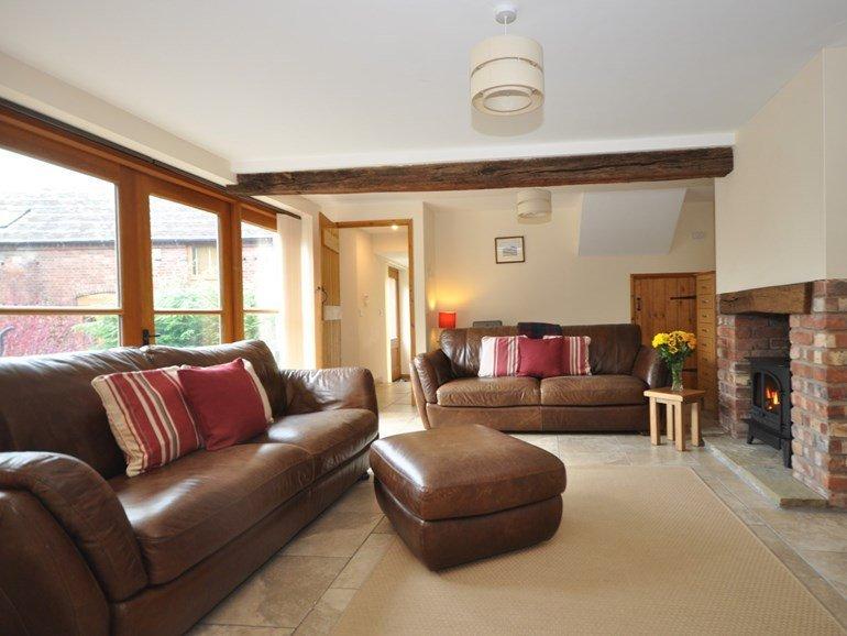Wohnbereich mit bequemen Sofas.