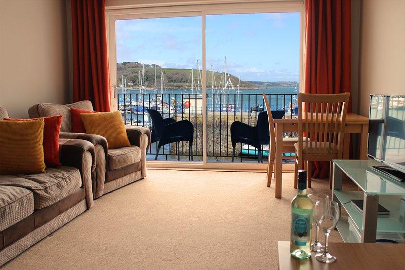 Le salon de l'appartement et balcon