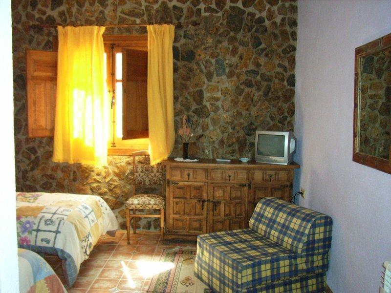 Habitación triple Oregano con vista a Sierra Nevada, holiday rental in Cogollos de Guadix