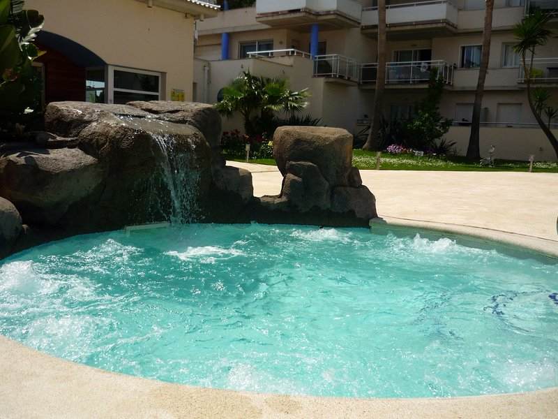 """Penthouse Port Canigo Rosas"" Hot tub with waterfall. Large solarium. Garden. Banks. Patio."