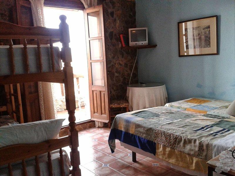 La habitación tiene 2 camas individuales y 1 litera,  baño, terraza con vistas a Sierra Nevada