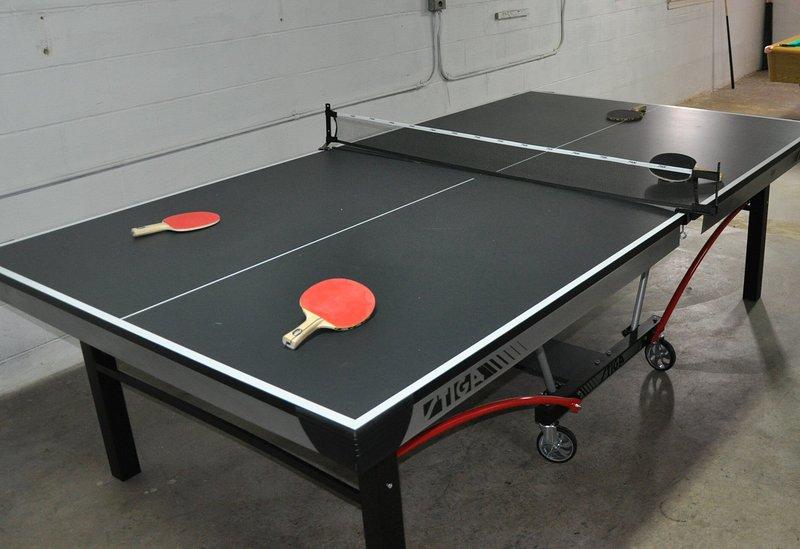 Mesas de ping pong y futbolín de tamaño de torneo.