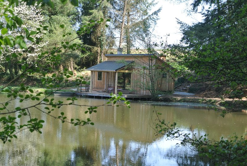 GoGreen Cabin in the heart of rural France on a private lake, casa vacanza a Ladignac le Long