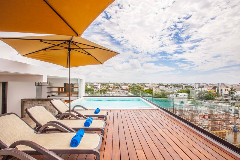 Private rooftop with pool! Beach towels included.