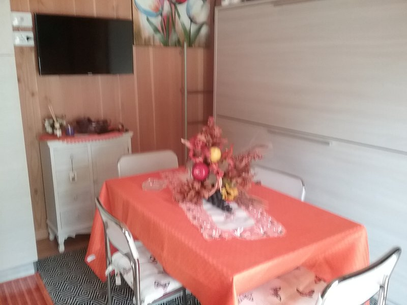 Dining area, flat screen TV, bed wagon