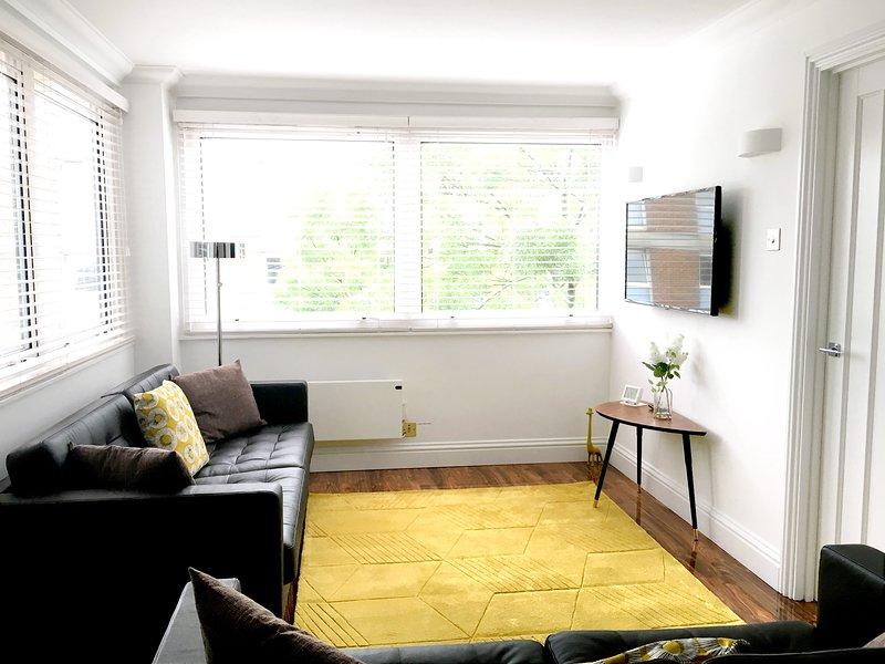 Wohnzimmer: Doppel-Aspekt mit Sofas, TV, Esstisch und 6 Stühlen