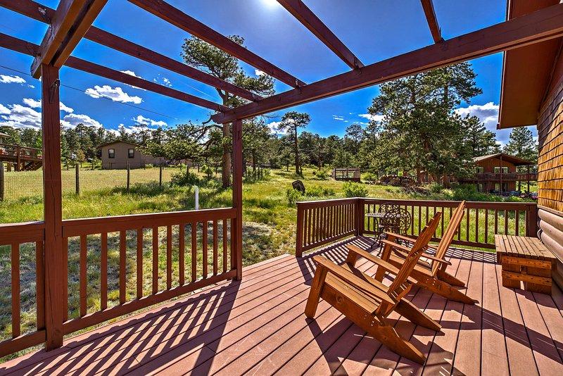 Sunny Estes Park Cabin w/ Deck + Rocky Mtn Views!, holiday rental in Estes Park