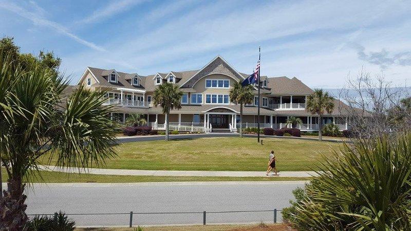Frente al mar Seabrook Island Clubhouse, a solo 100 metros de nuestra villa. Destacan 2 fabulosos restaurantes / bar, acogedora terraza con chimenea y una tienda de golf de primera clase con vestuarios y duchas.