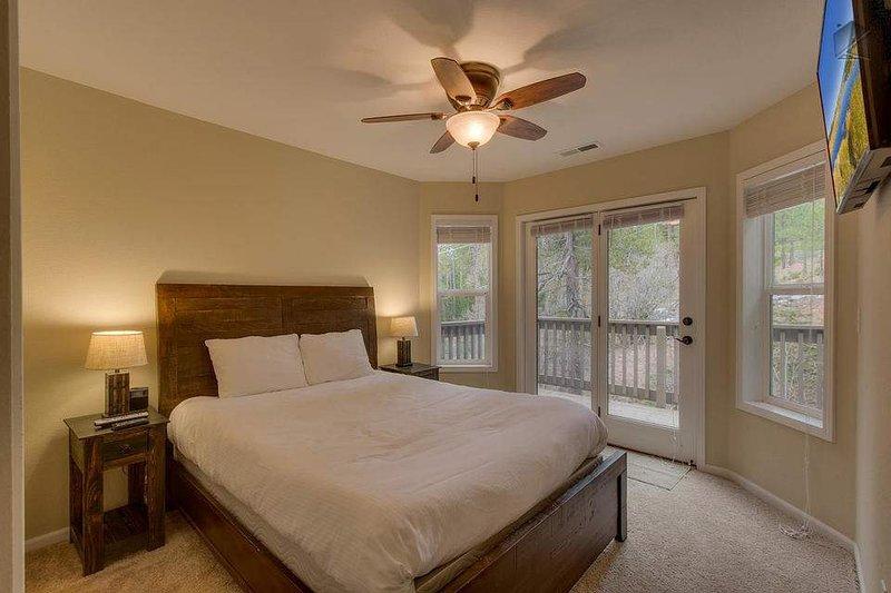 Gäst sovrum # 4, även på 3: e våningen har en drottning säng, platt-TV och tillgång till balkong