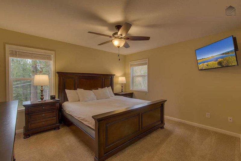 Gäst sovrummet (2: a våningen) med dubbelsäng och eget badrum