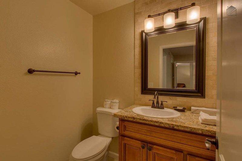 En annan halv badrum på andra våningen nås från den huvudsakliga vardagsrum